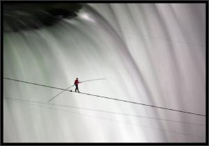 man crosses niagara falls on tightrope