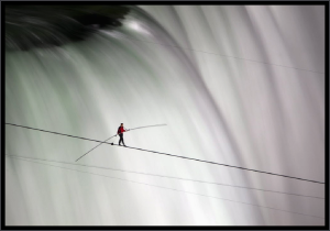 man crosses niagara falls on tightrope